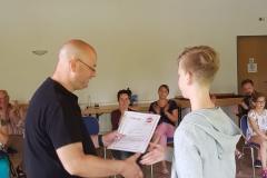 Kreisvorsitzender Jochen Lorenz überreicht die ersehnten Urkunden